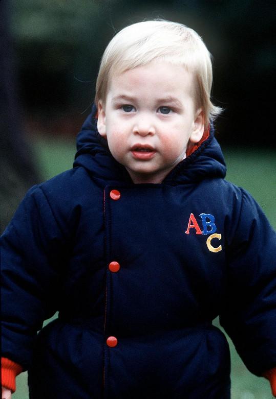 Roční princ William v zahradách paláce.