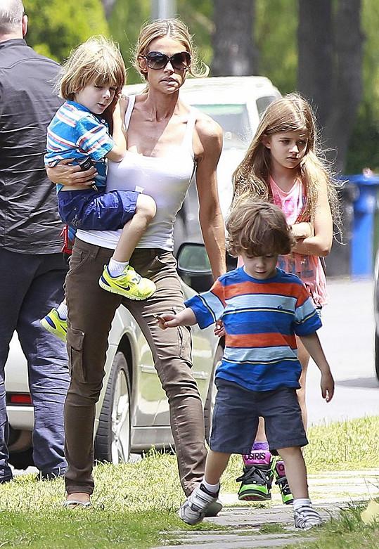 O dvojčata se nyní stará Sheenova druhá manželka Denise Richards. Sama má přitom tři děti.
