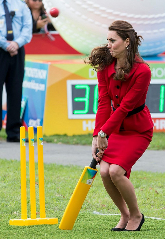 Osmý den zahraniční mise si Catherine zahrála kriket v elegantním kostýmu v barvě vlčích máků italské značky Luisa Spagnoli z tuhého materiálu. Ten sladila s psaníčkem Mulberry.