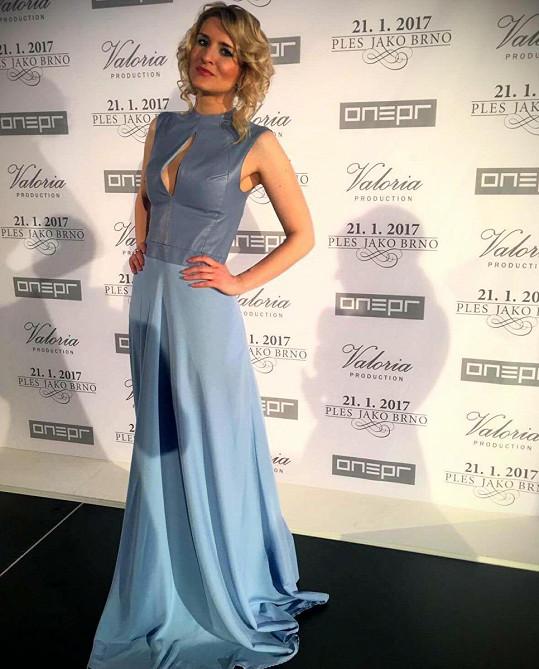 Sophistic by Veronika oblékl Lenku Špilarovou do minimalistického pomněnkového modelu s koženým topem a lehce nabíranou dlouhou sukní. Pomněnkový model reportérka Top Staru doplnila šperky Swarovski.