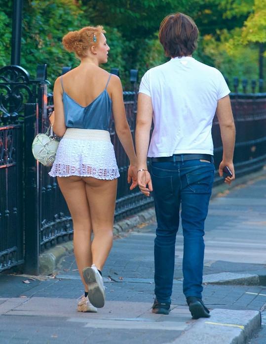 Anna Ermakova se procházela v Londýně s přítelem.