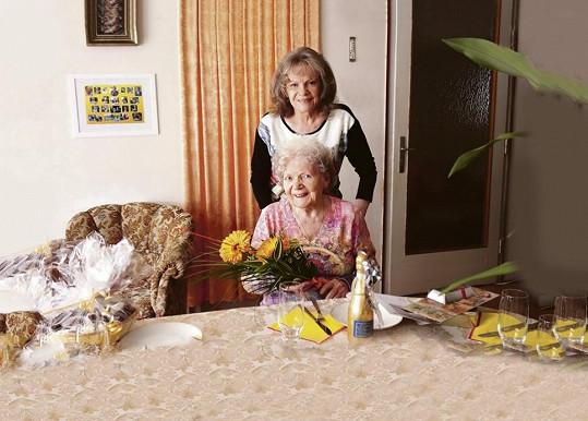 Zpěvačka s maminkou, když slavila 100 let.