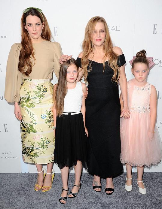 S matkou Lisou Marií Presley a mladšími sestrami. Dvojčata Harper Vivienne Ann a Finley Aaron Love jsou z Lisina čtvrtého manželství, přičemž Riley je z prvního.