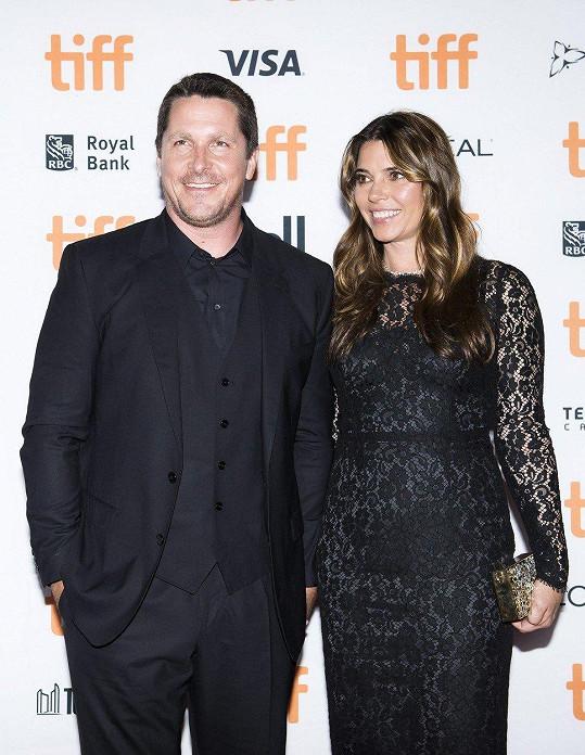 Christian Bale s manželkou Sibi Blazic v době, kdy tloustnul kvůli filmu Vice.