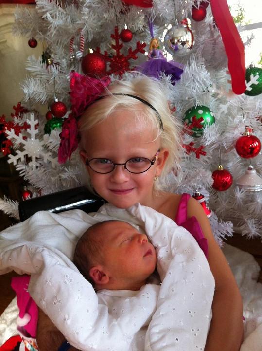 Tříletá Salma si nemohla přát pod stromeček lepší dárek, než je bráška Nevio.