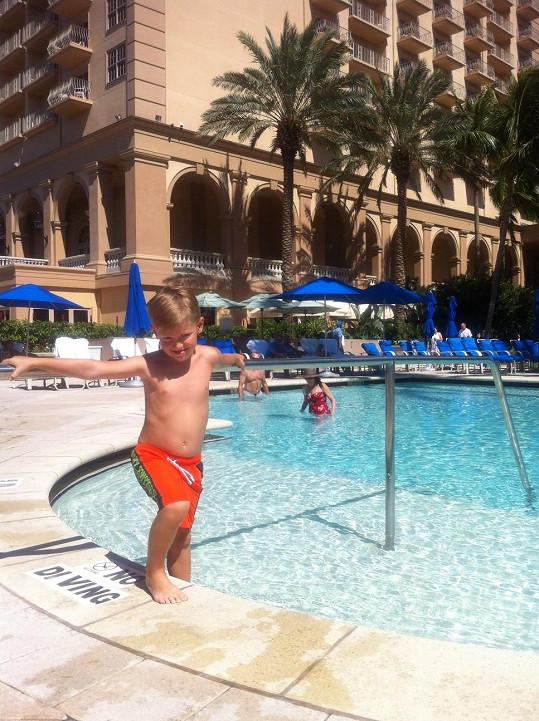 Kristián je vodomil a koupačku si užil i u hotelu Ritz.