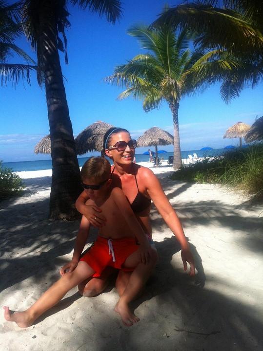 Gábina i Kristián si užívají plážových radovánek.