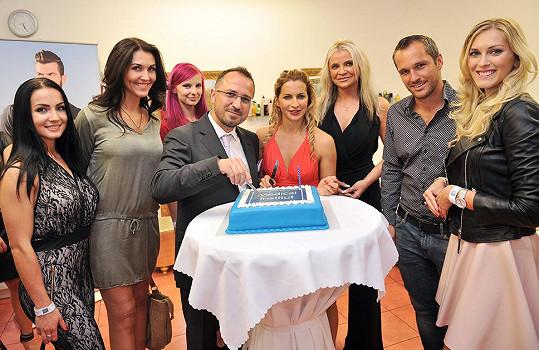 Paula nemohla chybět u krájení narozeninového dortu kliniky, stejně tak jako plzeňská rodačka Zorka Hejdová s manželem Mírou.