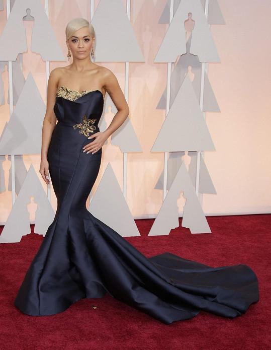 Sice je hlavní profesí zpěvačkou, ale v úchvatném modelu Marchesa v siluetě mořské panny s detaily evokujícími evropskou aristokracii působila Rita Ora jako pravá filmová hvězda.