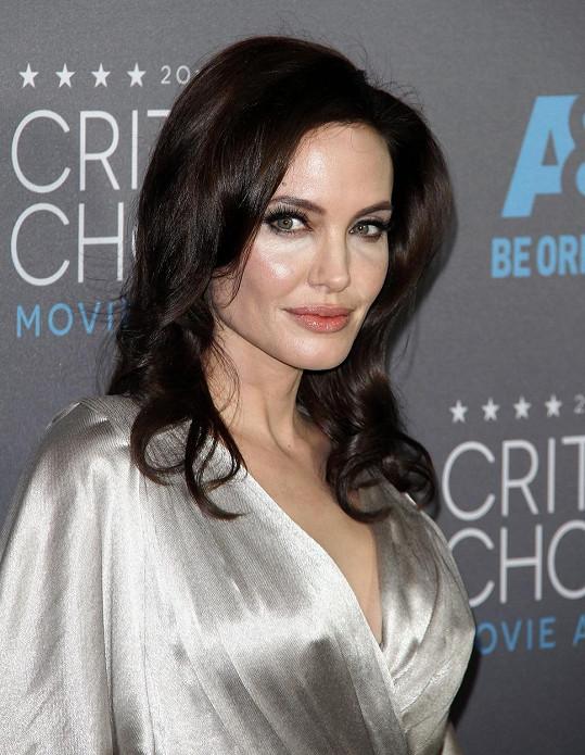 Angelina se na ceremoniálu leskla a působila ztrhaně.