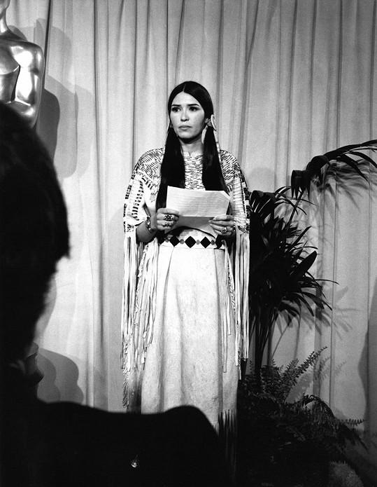 Na udílení za sebe Brando poslal aktivistku Sacheen Littlefeather.
