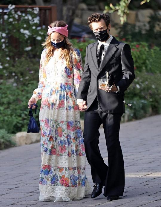 Olivia Wilde a Harry Styles na snímku ze svatby zpěvákova manažera a přítele Jeffa Azoffa