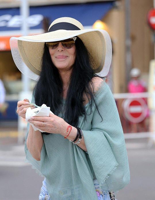 Cher předvedla pokus o úsměv.