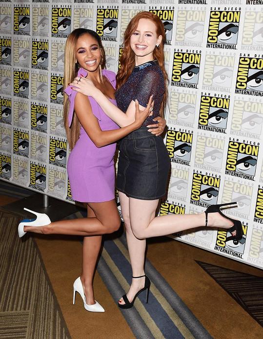 Morgan (vlevo) se na Instagramu zastala kolegyně ze seriálu Riverdale Madelaine Petsch.