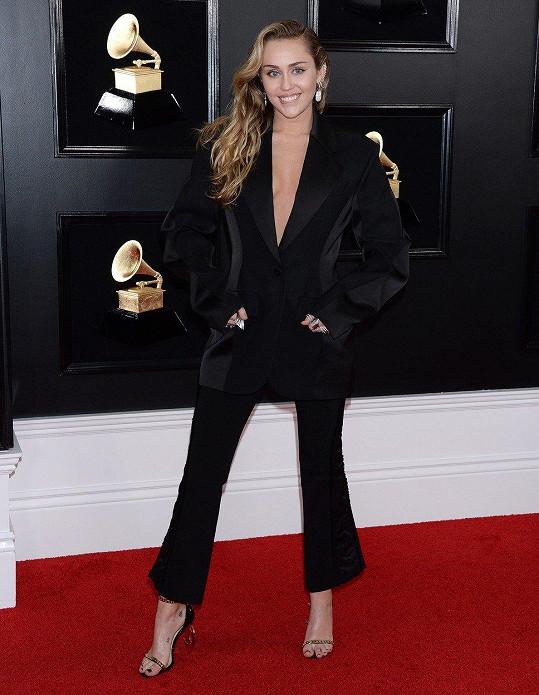 Nemusí vystrkovat celá prsa, zadek ani jazyk na to, aby zazářila. Miley Cyrus byla velmi originální v oversize smokingu, který díky svému projmutému řešení v pase a tříčtvrtečním kalhotám dodával potřebné ženské znaky.