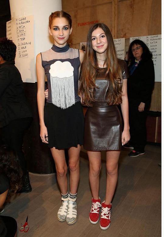 Třináctiletá návrhářka s jednou ze svých modelek z přehlídky.