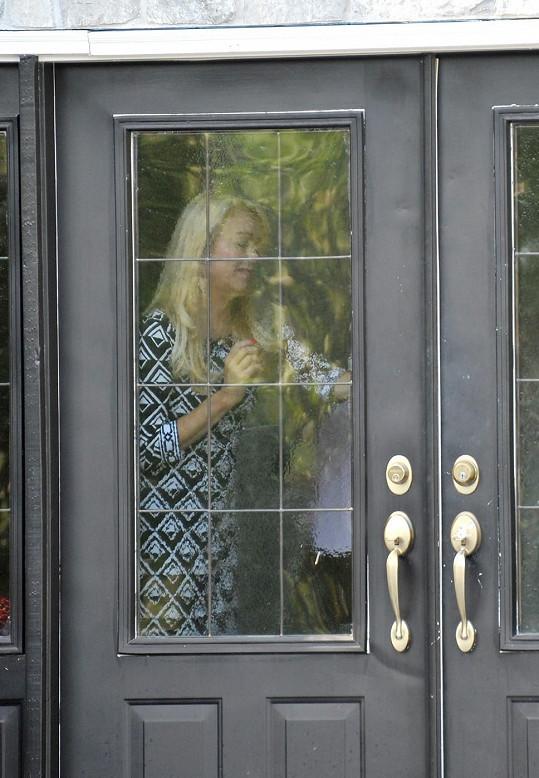 Dina po svém průšvihu pouze přijímá návštěvy a příliš nevychází se svého domu.