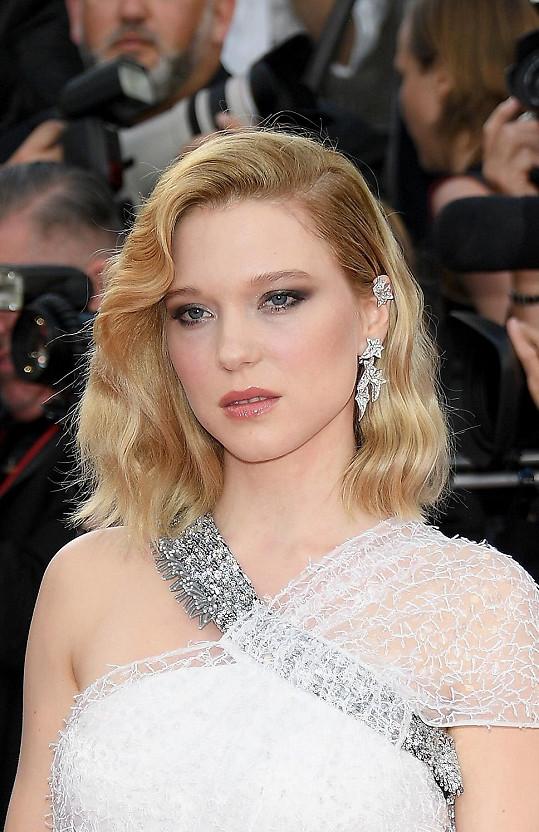 K romantickým a velmi zdobným šatům Dior se Francouzka nebála ozdobit neméně výraznými šperky Boucheron.