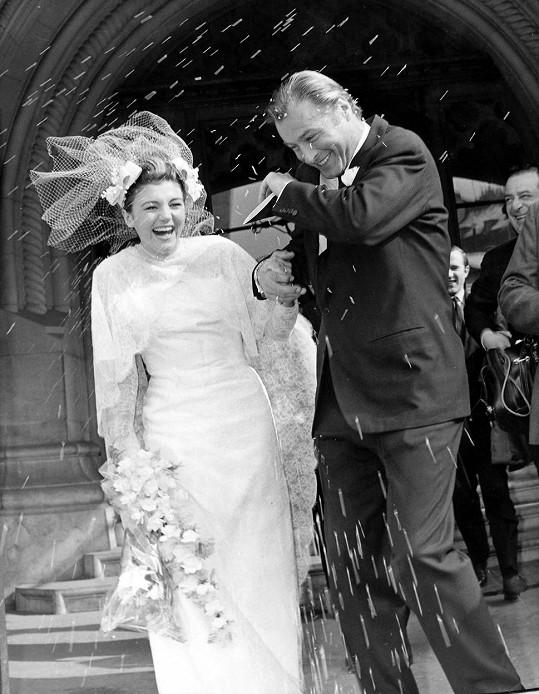 Takhle v roce 1965 vstupoval do svého pátého manželství se španělskou misskou.
