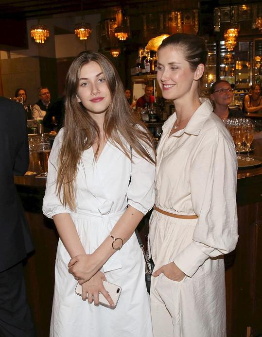 Jana Bernášková (vpravo) s dcerou