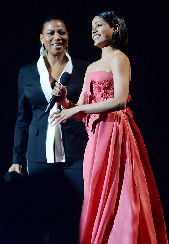Freida Pinto v Oslu předávala Nobelovu cenu míru Malále Júsufzajové.
