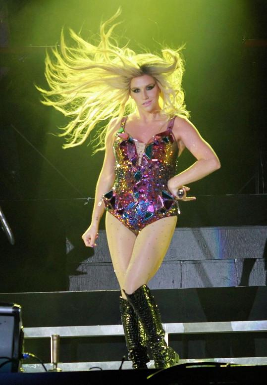 Takhle se Kesha prezentuje na pódiu.