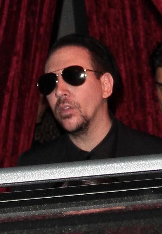 V civilu připomíná Nicolase Cage.