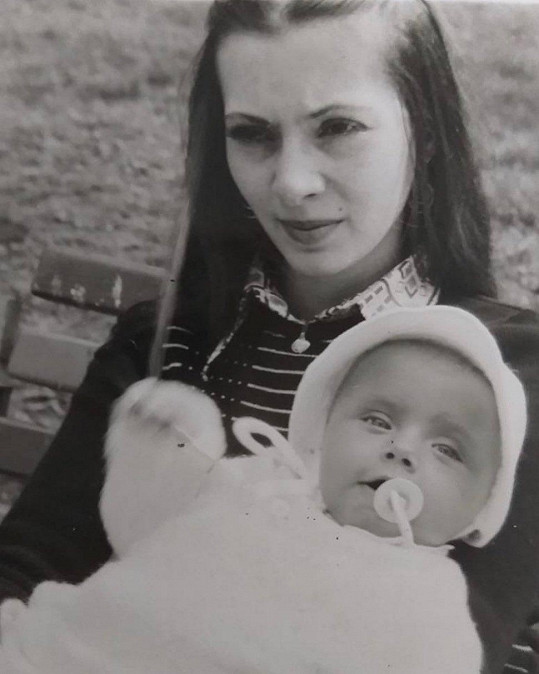 Alice Bendová jako malá holka v náruči půvabné maminky