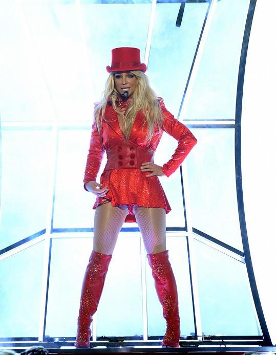 Takhle vypadal zpěvaččin kostým v úvodu...