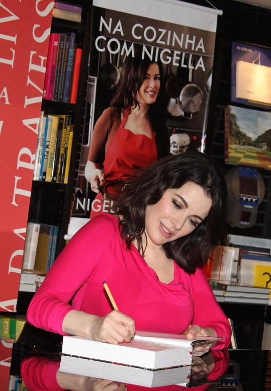 Nigella Lawson podepisuje jednu ze svých kuchařek.