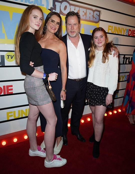Brooke Shields s manželem Chrisem Henchym a dcerami Rowan a mladší Grier