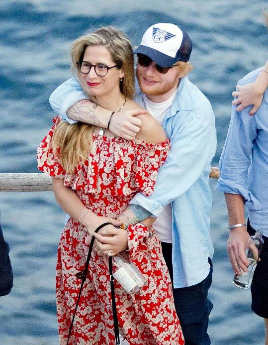 Že se stal otcem, oznámil i zpěvák Ed Sheeran. S manželkou Cherry Seaborn přivítali na svět dceru Lyru Antarcticu.