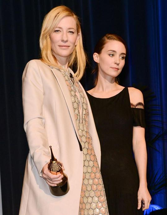 Ve filmu Carol ztvární lesbický pár s kolegyní Rooney Marou.
