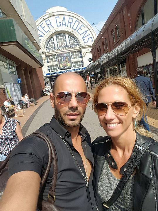 S tanečním partnerem Zdeňkem před soutěžní halou Winter Gardens v Blackpoolu