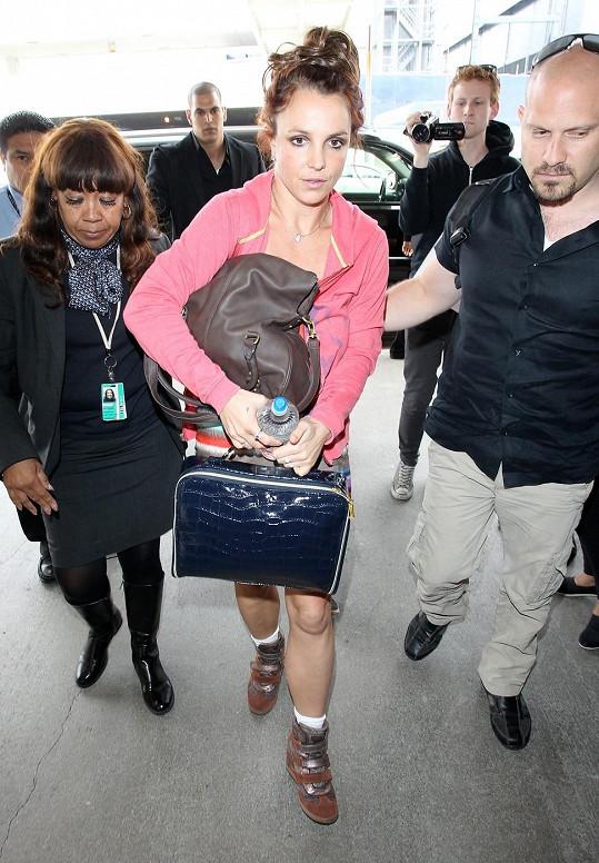 Britney Spears byla v pondělí na letišti v Los Angeles obklopena fotografy.
