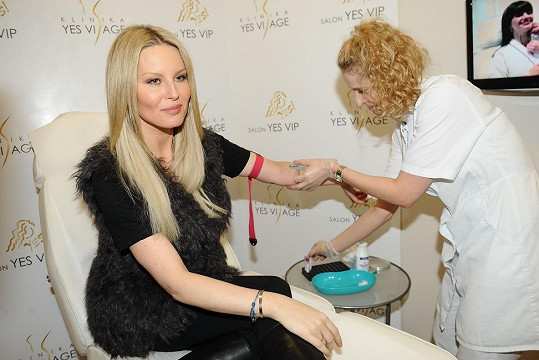 Simona chodí na odběr krve na stejné místo, kde si nechává prodlužovat vlasy.