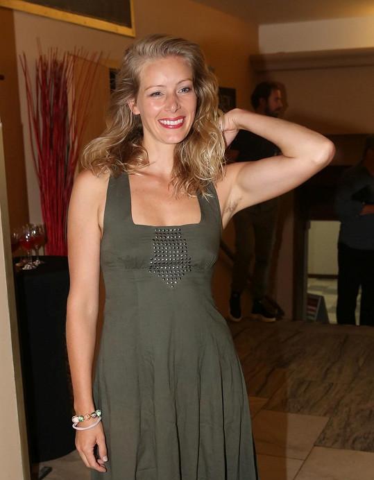 Na tiskové konferenci také předvedla svůj široký úsměv.