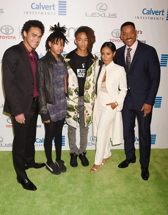 Celá rodina na EMA Awards koncem října. Vlevo Trey Smith (24), jehož má herec z předešlého manželství se Sheree Zampino.