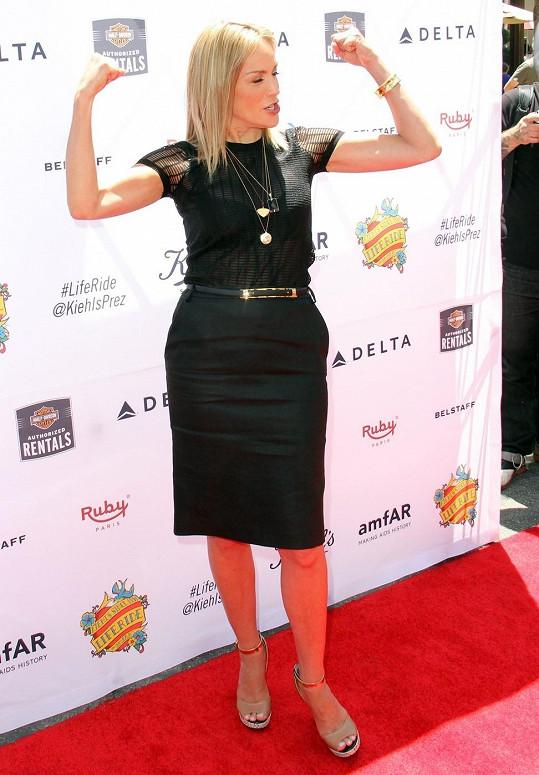 Sharon Stone předvádí své namakané paže.