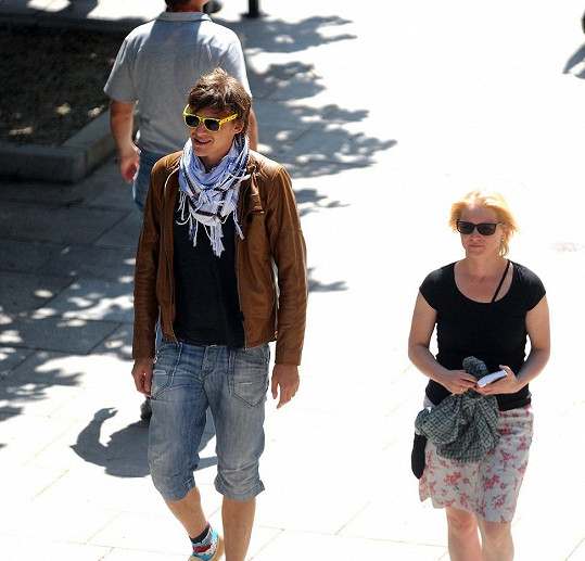 Vojta se po Varech procházel s drobnou blondýnkou.