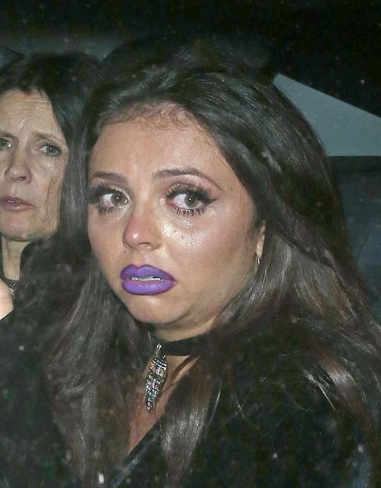 Jesy Nelson odcházela z baru uplakaná. Nejspíš narazila na zrcadlo...