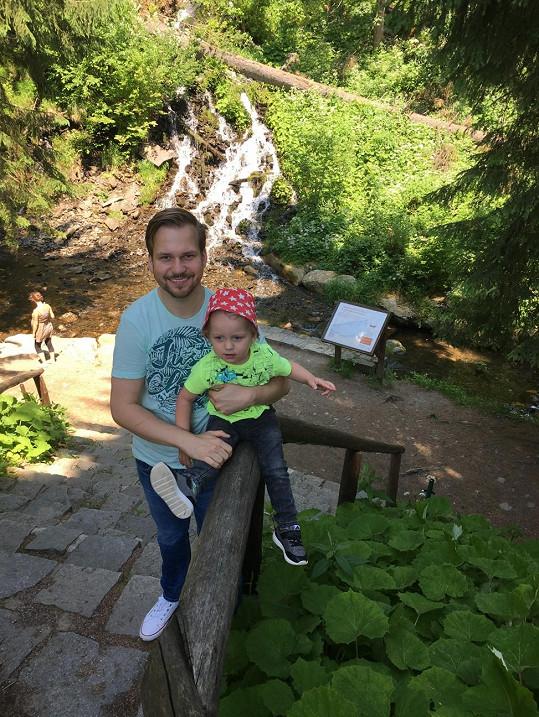 Martin s malým Martínkem na výletě u Karlovy studánky
