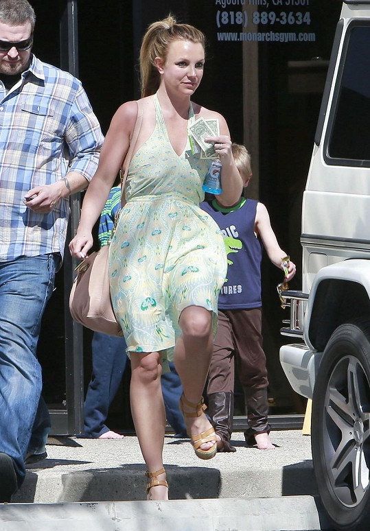 Britney Spears se syny za zády.