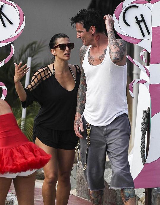 Rocker je na dovolené se snoubenkou Sofiou Toufou.
