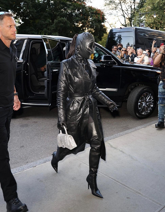 Maska na obličeji byla opravdu bizarní.