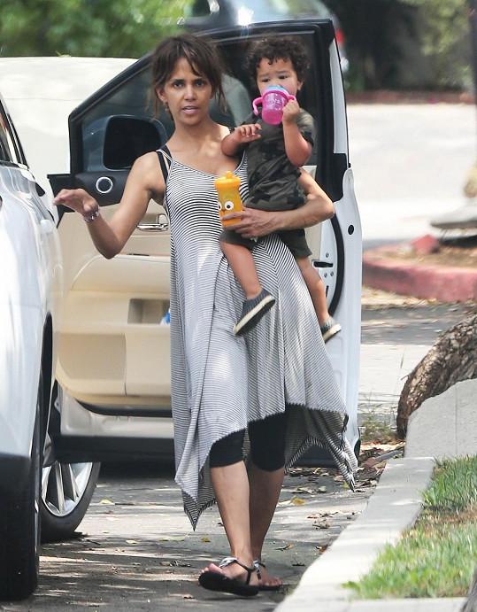 Halle Berry na měsíc starém snímku se synem Maceem