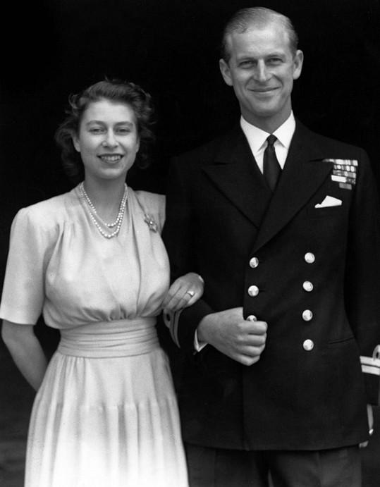 Princ Philip a Ažběta II. po oznámení zasnoubení