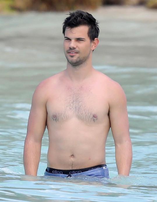 Taylor Lautner ukázala svou urostlou postavu.
