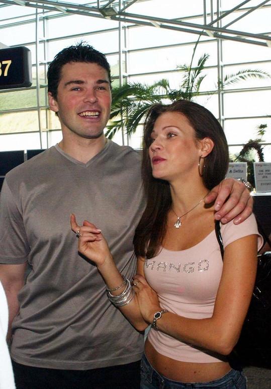 Krátkovlasý a oholený Jaromír Jágr s Andreou Verešovou.