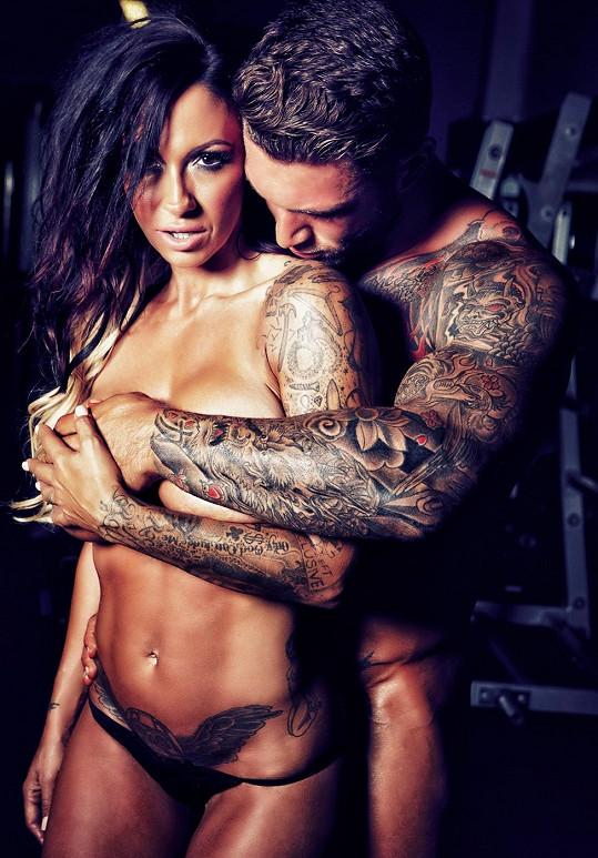 Tato dvojice je na svá těla náležitě hrdá.